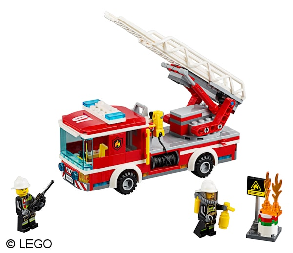 Die neue Drehleiter ist mit zwei Feuerwehrangehörigen besetzt. Foto: LEGO