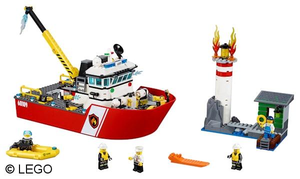 Zum Feuer auf dem Leuchtturm rückt das neue Feuerlöschboot mit seinem Löscharm an. Foto: LEGO