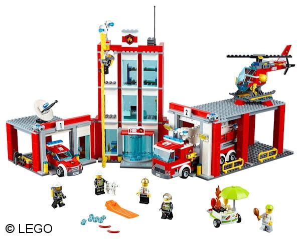 Zwei Fahrzeuge und ein Hubschrauber sind an der großen neuen Feuerwehrwache in Lego City stationiert. Gut, dass die vier Feuerwehrleute so wachsam sind: Gerade geht der Grillwagen des Würstchenmannes in Falmmen auf. Foto: LEGO