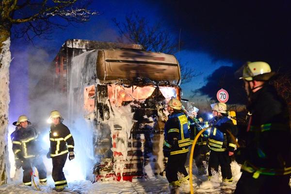Kapitaler LKW-Brand am Dienstagabend zwischen Felsberg und Ittersdorf. Foto: Rolf Ruppenthal/ 16. Feb. 2016
