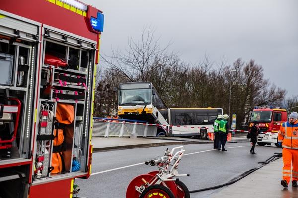 Nach dem Unfall drohte der Bus abzustürzen. Foto: Wiebaden112/Altenhofen