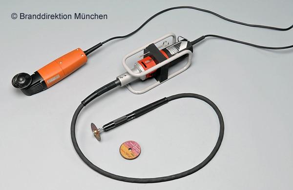 Mit solchen Trennschleifern entfernten Feuerwehrleute die 13 Penisringe. Foto: Branddirektion München