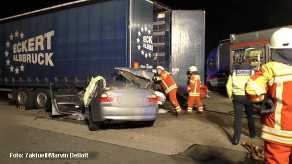 Teilweise fast bis zur Rückbank unter einen Lkw raste ein Lkw in der Montagnacht im Bereich der Einfahrt der Raststätte Hardtwalt Ost, Sandhausen. Foto: 7aktuell.de/Detloff