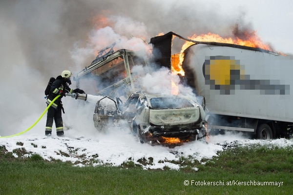 Auf der Wolfener Straße in St. Florian stießen ein Pkw und ein Lkw frontal zusammen. Beide Fahrzeuge brannten ebi Eintreffen der Feuerwehr. Foto: Fotokerschi.at/Kerschbaummayr