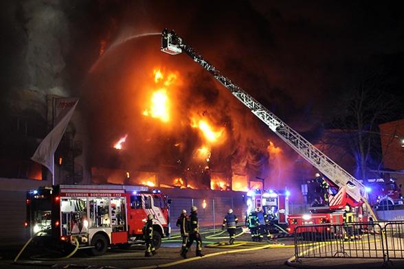 Großfeuer in Klebebandwerk. Foto: Liss