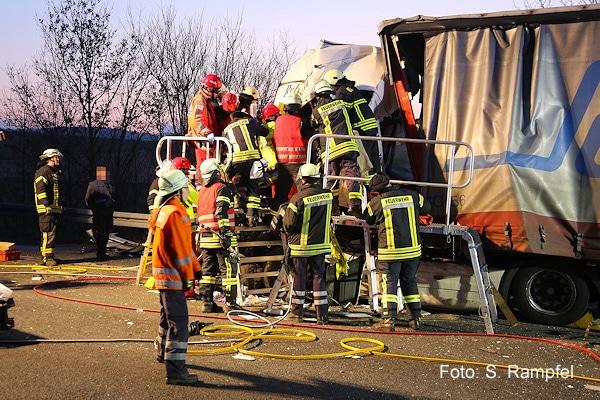 Lkw-Unfall auf der A 7 bei Göttingen: Foto: Rampfel