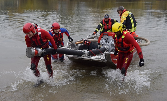 Aus Rettungs- wird Löschboot. Foto: Schütte