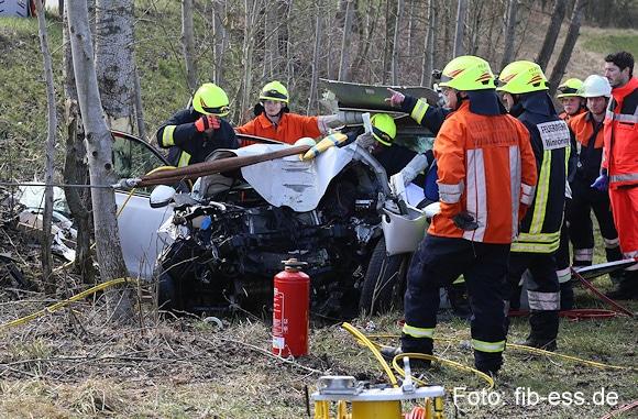 Unfall bei Winhöring: Bei der Rettung einer in diesem Pkw eingeklemmten Frau kam es zu einem Seilwindenunfall. Foto: fib-ess.de