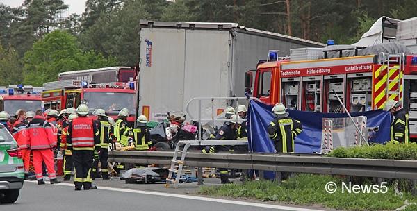 Bei einem Verkehrsunfall auf der A 6 bei Nürnberg sind vier Menschen ums Leben gekommen. Foto: NEWS5 / Schwan