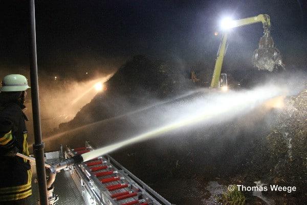 Viel hilft viel. Der brennende Haufen mit einem Volumen von über 2.000 Kubikmetern wurde hauptsächlich mit Wasserwerfern gelöscht. Bagger schichten schichten den Haufen für die Löscharbeiten um.