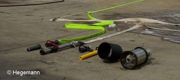 Schaum kann nicht nur mit speziellen Rohren ausgebracht werden. Auch Hohlstrahlrohre lassen sich dafür einsetzen. Foto: Hegemann