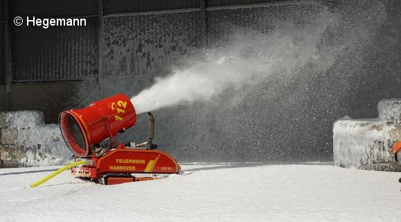 Leichtschaum eignet sich hervorragend, um große Lagerhallen zu fluten. Die Feuerwehr Hannover beispielsweise setzt zur Leichtschaumerzeugung ein LUF ein. Foto: Hegemann