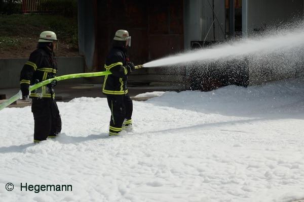 Seit fast 100 Jahren löschen Feuerwehren Brände mit Schaum. Insofern verwundert es eigentlich, wie viele Irrtümer es zum Schaumeinsatz noch gibt. Wir klären auf. Foto: Hegemann