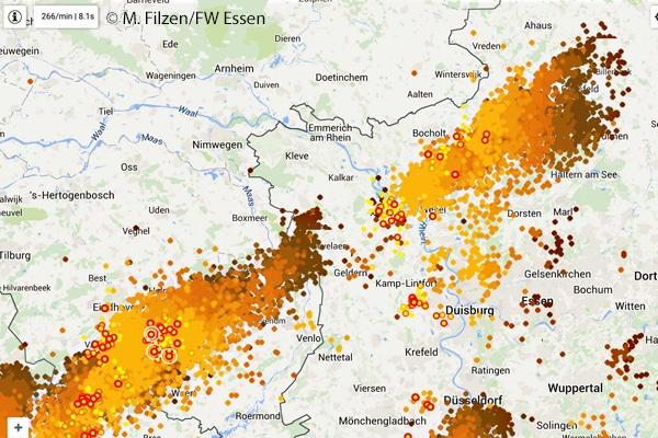 """Screenshot aus der App Blitzortung Live, jeder Punkt zeigt einen Blitz an, die unterschiedlichen Farben resultieren aus dem """"Alter"""" der Blitze, je dunkler, dest älter, bis sie nach einer Stunde ausgeblendet werden. Dieses Bild ist vom 01.06.2016, 20.33 Uhr. Grafik: Mike Filzen"""