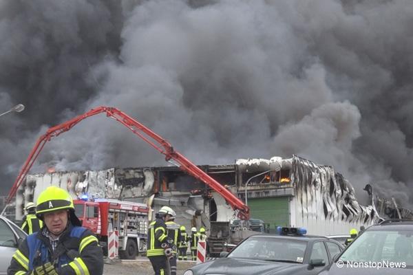 Ein Großbrand zerstörte am Ostermontag große Teile des Wiesenhof-Schlachthofes in Lohne (Kreis Vechta). Foto: Nonstopnews