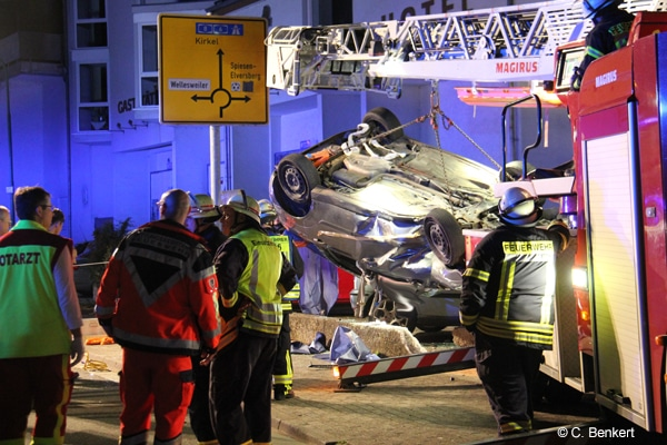 Drehleiter_Bergung_Verkehrsunfall_Pkw