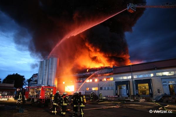 Großbrand_Lagerhalle_Feuerwehr_Einsatz_Brandbekämpfung