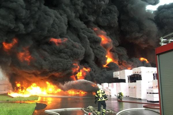 Durch einen Blitz gerieten in Wittenberge Dämmstoffpaltten in einem Lager in Brand. Die Rauchentwicklung war gewaltig. Foto: Feuerwehr