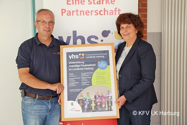Ute Leya, KVHS-Leiterin, und Volker Bellmann, Vorsitzender des KFV, stellen das Seminarprogramm für die freiwilligen Feuerwehrleute im Landkreis Harburg vor. Foto: KFV LK Harburg