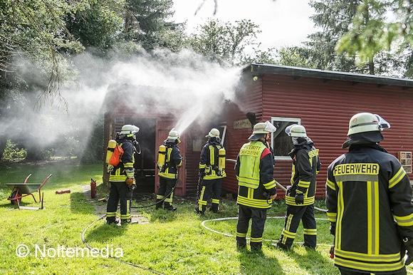 Das Feuer in Handewitt, das in einer Hütte von Pfadfindern ausgebrochen war, konnte die Feuerwehr schnell löschen. Foto: Noltemedia