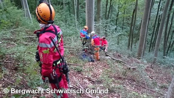 Helfer der Bergwacht Schwäbisch Gmünd bereiten den Aufstieg zu dem Piloten vor. Das Bild zeigt deutlich, wie steil der Hang an der Absturzstelle des Flugzeugs ist. Foto: Bergwacht Schwäbisch Gmünd