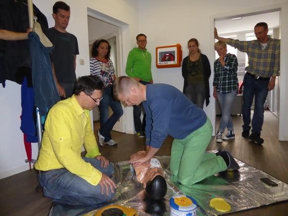 Schulung der Mitarbeiter des Feuerwehr- unhd des Rettungs-Magazin am Defibrillator. Foto: Klöpper