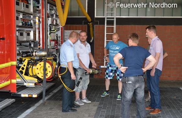 An vier Stationen konnten die Interessierten in Nordhorn Feuerwehrgeräte in die Hand nehmen und ausprobieren. Foto: FF Nordhorn