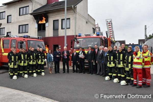 Offizielle Übergabe von 16 neuen HLF 20 durch Dortmunds Bürgermeister Ullrich Sierau und Feuerwehrdezernentin Diane Jägers an Feuerwehrchef Dirk Aschenbrenner. Foto: Feuerwehr Dortmund