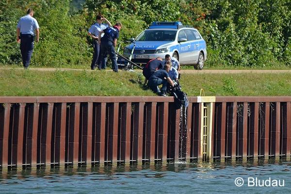 Kinderwagen stürzt samt Baby in Fluss - hier wird der Wagen geborgen. Foto: Bludau