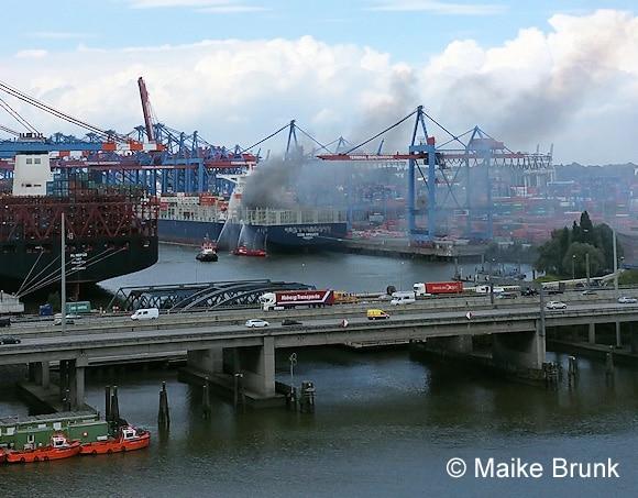 Einsatz per Löschboot. Foto: Maike Brunk