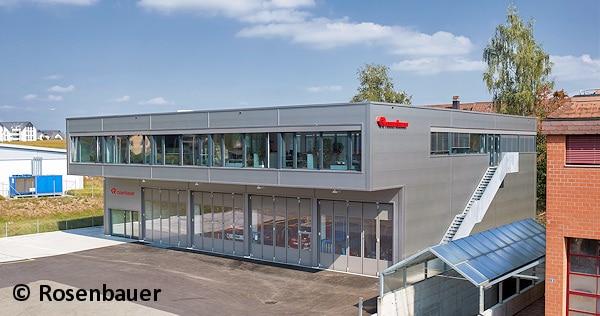 Beinahe erinnert das neue Betriebsgebäude von Rosenbauer Schweiz an eine Feuerwache. Doch hinter den vier Toren befinden sich 24 m lange Stellflächen für Wartung, Montage und Reparatur von Feuerwehrfahrzeugen. Foto: Rosenbauer