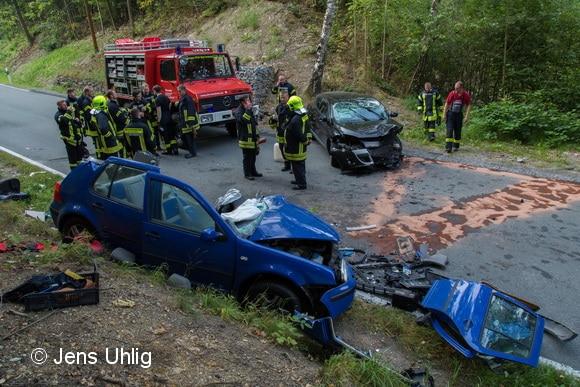 Aus dem blauen Golf haben Feuerwehrleute einen Kameraden befreit. Das Fahrzeug war in die Sehmatalstraße zwischen Frohnau und Schönfeld von einem gestohlenen Renault Megane gerammt worden. Foto: Jens Uhlig