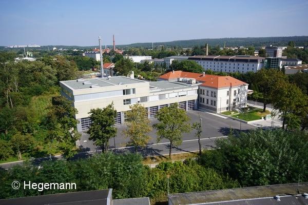Blick aus dem Korb der Drehleiter auf die neue Wache in Dresden. Der rechte Gebäudeteil ist bereits über 100 Jahre alt. Der linke Trakt kam erst jetzt dazu. Foto: Hegemann