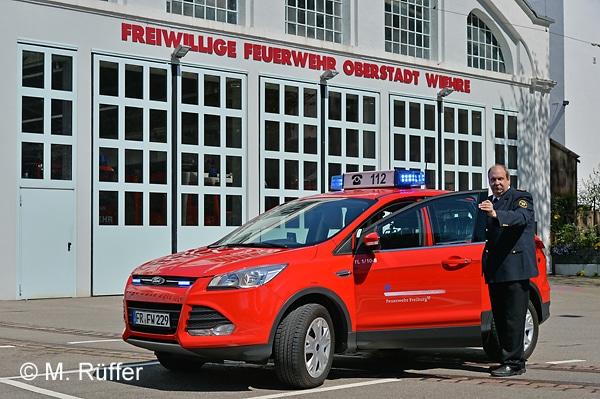Die FF Freiburg führt Stadtbrandmeister Reiner Ullmann, hier mit seinem KdoW vor dem gemeinsamen Feuerwehrhaus der Abteilungen Oberstadt und Wiehre. Foto: Michael Rüffer