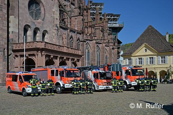 Löschzug der BF Freiburg vor dem Münster (von links): ELW 1, HLF 20, DLAK 23/12, HLF 20. Foto: Michael Rüffer