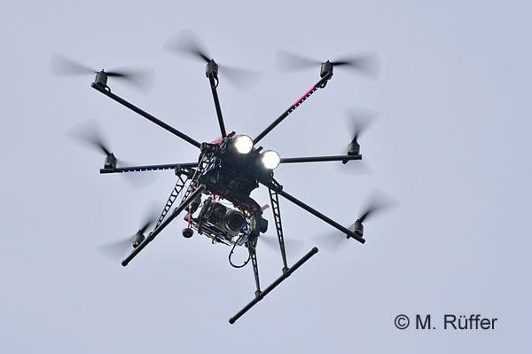 Octocopter mit Gimbal, Kameras und LED-Arbeitsscheinwerfern. Foto: Michael Rüffer