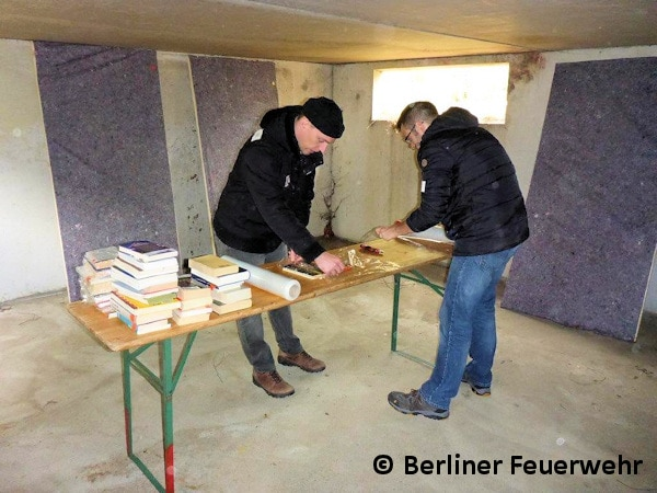 Freiwillige Helfer verpacken Kulturgut, um es vor dem Hochwasser zu retten. Gerade diese personalintensiven Aufgaben können gut von Helfern ausgeführt werden. Foto: Berliner Feuerwehr/Bruckmoser