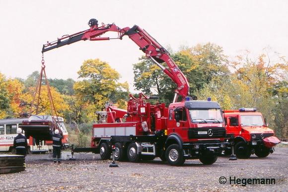 Mit dem kran des Wechselladerfahrzeugs der BF Dresden lassen sich Pkw oder Straßenbahnen anheben. Foto: Hegemann