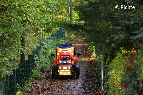 Dank der kompakten Ausmaße und des geringen Gewichtes konnten auch Wald- und Fußwege mit den Twizys befahren werden. Foto: Fichte