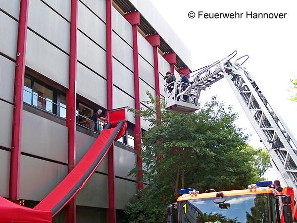 Übung des Regionalen Notfallverbunds Kulturgutschutz Hannover und der Feuerwehr Hannover: Evakuierung von Büchern per Bergungsrutsche. Foto: Feuerwehr Hannover