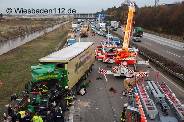 Fast 2 Stunden benötigte die Feuerwehr Frankfurt, um auf der A 3 einen schwer verletzten Lkw-Fahrer zu befreien. Foto: Wiesbaden 112.de