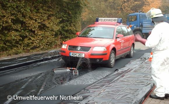 Testlauf der Desinfektionsanlage der Umweltfeuerwehr Northeim mit einem ELW. Foto: Feuerwehr