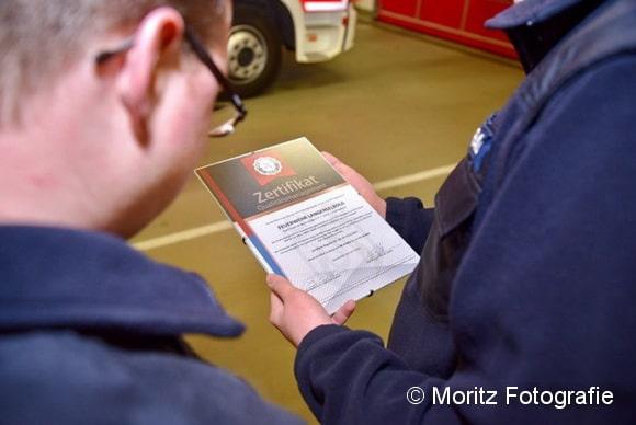 Stolz halten die Langenselbolder das Zertifikat in den Händen. Sie sind die erste Feuerwehr in Deutschland, die die Auszeichnung erreicht hat. Foto: Moritz Fotografie