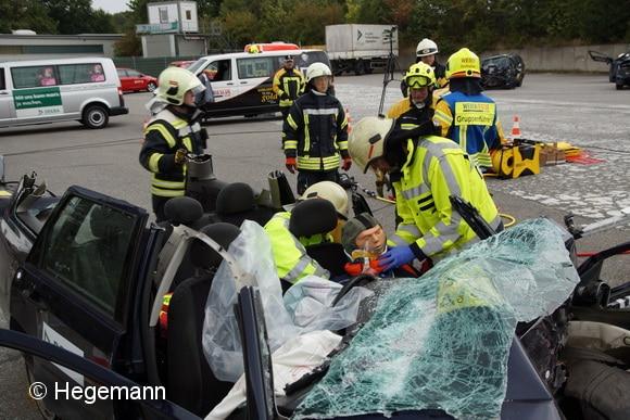 Vorgehen nach dem Hamburger Modell: das Dach des Unfallfahrzeugs ist komplett abgetrennt. Der Fahrer kann so patientenschonend aus seinem Sitz gehoben werden. Foto: Hegemann
