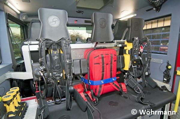 Im Mannschaftsraum sind vier Atemschutzgeräte (Dräger PSS100/300 bar) vorhanden. Auf dem Melderplatz ist in der Rückenlehne ein Notfallrucksack gelagert. Foto: Wöhrmann