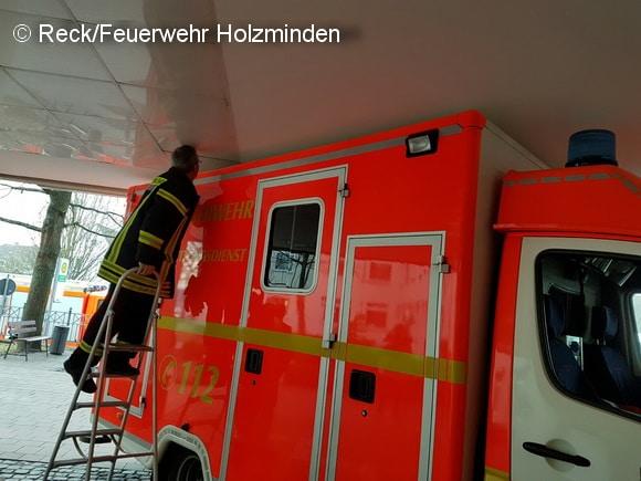 """Die Erkundung ergab: Der RTW steckte nur leicht fest. Wnn der AUfbau durch zusätzliches Gewicht abgesenkt werden kann, sollte das Fahrzeug relativ einfach zu """"befreien"""" sein. Foto: Reck/Feuerwehr Holzminden"""