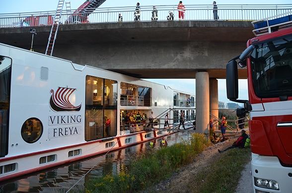 Schiff kollidiert mit Brücke Foto: A. Müller
