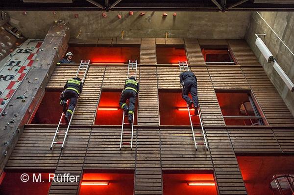 Hakenleitersteigen im Grundlehrgang an der Feuerwehrschule der BF Düsseldorf. Foto: Michael Rüffer