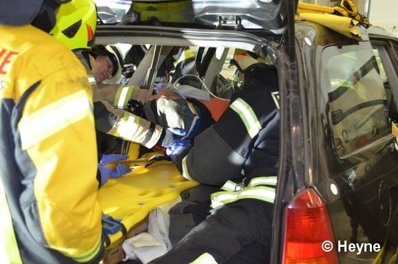 Beim Tunneln gehen die Kräfte durch den Kofferraum des Unfallfahrzeugs vor (wird gerne bei Kombis angewandt). Das Dach bleibt auf dem Wrack. Foto: Heyne