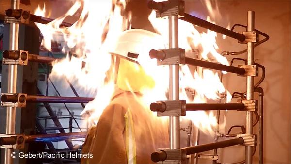 Beim flame engulfment test (Flammenbeständigkeit) werden Feuerwehrhelme 10 Sekunden lang komplett mit 950 Grad Celsius heißen Flammen beaufschlagt. Foto: Gebert/Pacific Helmets